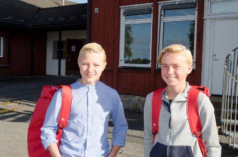 GLEDER SEG: Det er en spennende dag for Sondre Lindstøl (13) og Mikkel Knive (13) som begge starter i 8. klasse på Discovery International School.