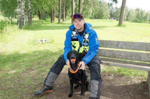 GODKJENT: Marius Bull-Tornøe Bjørkli og hunden Gucci er godkjent som redningshund og hundefører. Når hunden kommer tilbake med den oransje bringkobbelet i munnen betyr det at den har funnet en person.