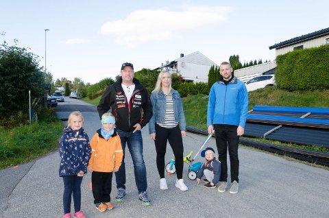 NEI TIL GANGVEI: Marius Naume, Maylinn Lykken, Anders Dahl og barna Celine (7), Elias (5) og Leander (3) mener det ikke er plass til en gangvei langs denne delen av Ve Terrasse. Nå har de fått med seg politikerne på det.