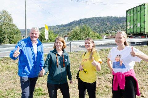 TOMMEL OPP: Trond Helleland (H), Solveig Schytz (V), Anne Lise Søvde Valle (KrF) og Sandra Bruflot (H) er glade for at det om noen år blir ny vei og stasjon ved Sundvollen. Nå lover de penger til å komme i gang neste år.