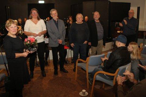 TAKKET FOR SUKSESSEN: Brit Wesseltoft (t.v) og Tom Nilsen (helt t.h.) takket (f.v.) Janitsjaren ved dirigent Tone Beate Andersen, Arne Hagen, Erik Wesseltoft og Helge Songe for å ha laget en minnerik aften.