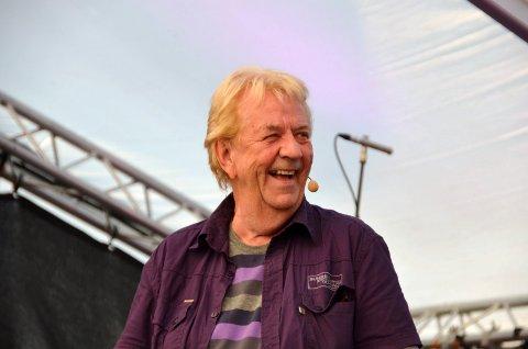 Tor Erik Gunstrøm tildeles årets Solpris.  Her fra Langesund Revyfestival 2011. (foto Bamble kommune)
