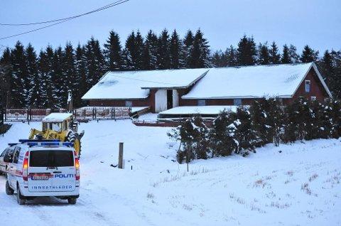 AKSJONERTE: Bildet viser politiet da de aksjonerte mot gården i 2013. De hadde tidligere også aksjonert mot gården i 2008. Foto: Vidar Sandnes