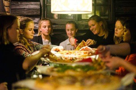 Regjeringene utgått fra Lillestortinget og Ministortinget møttes på Peppes Pizza i Stortingsgata i Oslo.