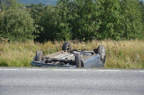 PÅ TAKET: Bilen havnet på taket, men ingen ble alvorlig skadet. (Foto: Roger Ødegård)