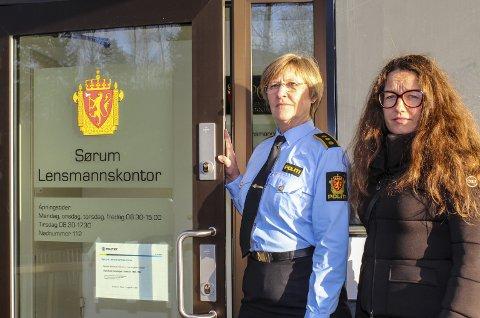 Først ute: Lensmann Toril Nervik Nilsen i Sørum stenger døra for godt 2. desember. Her med ordfører Marianne Grimstad Hansen. Foto: Rune Fjellvang