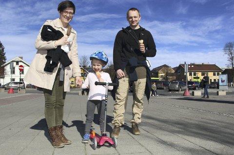 Varmen kom allerede i mars. Ann-Karin Bakken, Eivor Bakken (4) og Bendik Gill Bakken tok årets første is på Lillestrøm stasjon søndag 26. mars. Foto: Linda Ingier