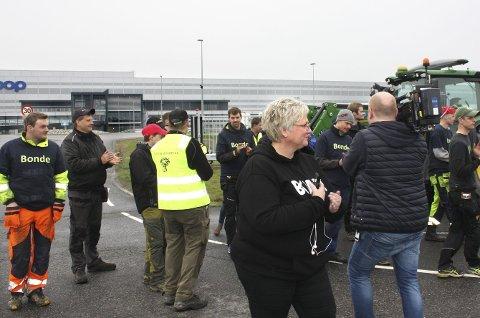 Bøndene aksjonerte mot årets jordbruksoppgjør. Her foran Coops varelager på Jessheim. Foto: Per Stokkebryn