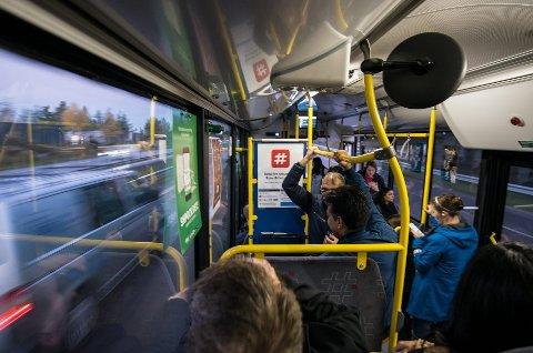 Økte bomsatser fra 1. oktober gjør at pendlerbussene blir stappfulle. Folk står på bussen, som kjører i 90 km/t på motorveien. Foto: Vidar Sandnes