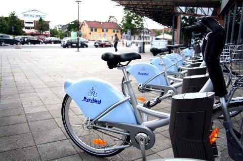 Nå er det mulig å bruke bysykkel fra togstasjonen til Kjeller.