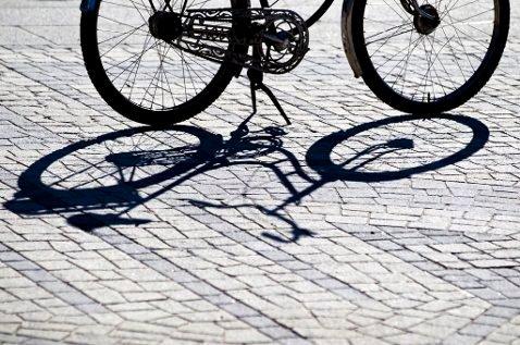 DYR AFFÆRE: blir man tatt uten lys på sykkelen kan man få bot på 1.150 kroner. Likevel velger mange å sykle uten.