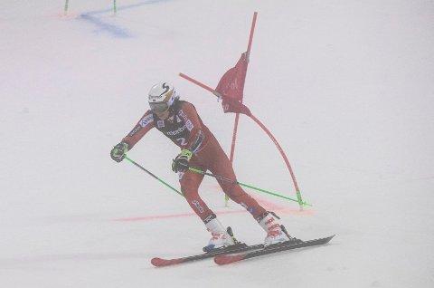 SKUFFET: Henrik Kristoffersen klarte ikke å ta seg til kvartfinale i paralellslalåmen i Holmenkollen. FOTO: NTB SCANPIX