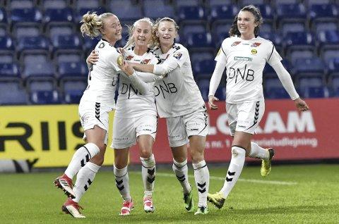 Ledermålet: Anja Sønstevold gratuleres av Sarah Suphellen (t.v.), Synne Skinnes Hansen og Ingrid Syrstad Engen etter målet. Foto: NTB scanpix