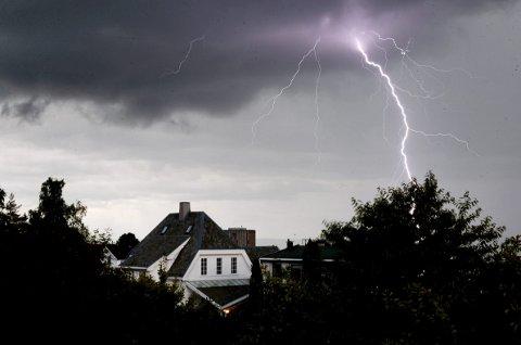– Det er mindre sannsynlig at du blir truffet av lynet enn at du vinner i lotto, forsikrer Bjart Eriksen, meteorolog og stifteren bak det meteorologiske firmaet Metconsult.  Foto: NTB scanpix