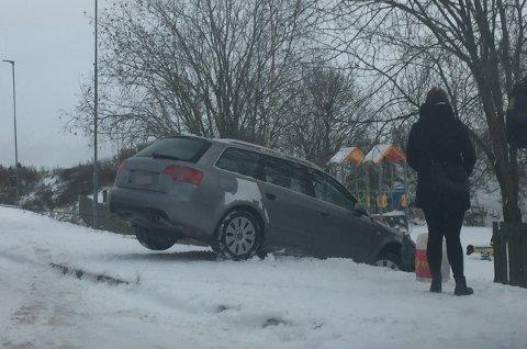 KJØRTE UT: Denne bilen kjørte ut ved Skedsmokorset. Sjåføren fikk førerkortet beslaglagt og blir anmeldt.