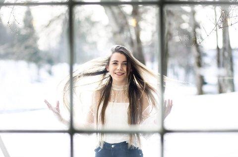 Den 17 år gamle influenseren Mina Jacobsen har aldri vært redd for å gå egne veier og omtaler seg selv som «den rare kiden» som aldri har brydd seg om verken kroppspress eller klespress. Det har slått an hos jenter mellom 10 og 25 år. Nå har Eidsvoll-jenta over 60.000 følgere på YouTube og fortsetter å vokse.FOTO: LISBETH LUND ANDRESEN