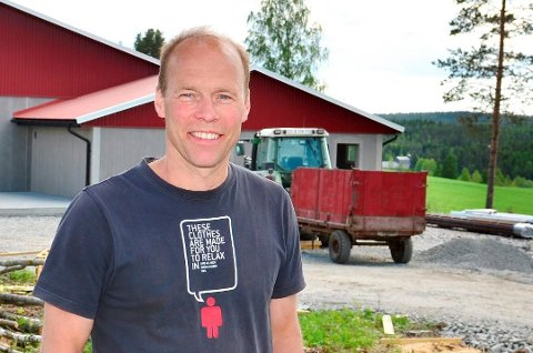 TRENER OG BONDE: SHIUL-trener Ole Jørgen Kolstad ser positivt på framtida, både på gården og for fotballaget han trener. FOTO: ØYVIND HENNINGSEN