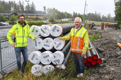 Alltid på plass: Avdelingsleder Henning Colbjørnsen (t.v.) og kommunalteknisk sjef Arve Weng sier at det er det jevne arbeidet som gjør at Rælingen er på topp når det gjelder utskifting av vann- og avløpsrør. Foto: Rune Fjellvang