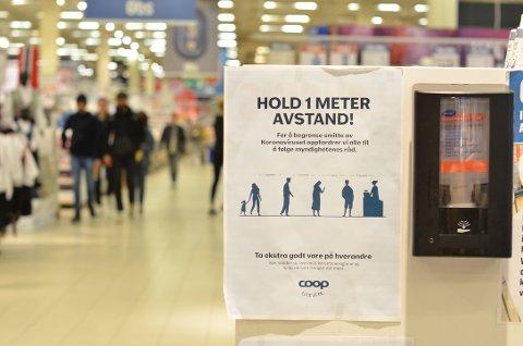 Kunder flest unnlot å benytte seg av den automatiske spritdispenseren da de entret butikken.