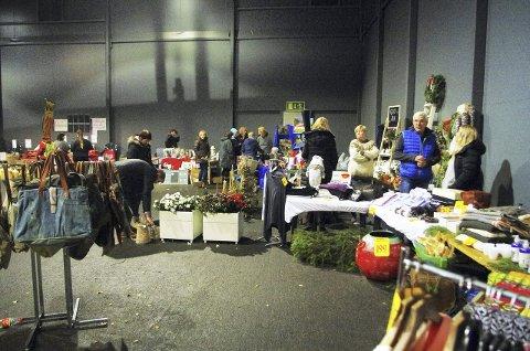 VELLYKKET: Stort julemarked i hallen ved parkeringsplassen på Södra. Bildet viser bare en liten del av det.