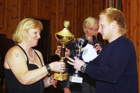 FØRSTEPRIS: Kent-André Jansen vant årets klubbløp og mottar et par solide trofeer av Ann-Maj Wallmann og Erik Thunem. BEGGE FOTO: PER D. ZARING