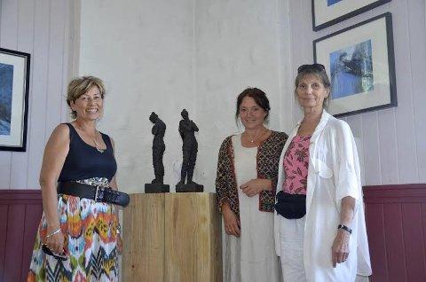 FORNØYD: Birgit Lise Askestad (f.v.), Agnes Volent og Trine Kolstad Vegem smilte bredt etter å ha holdt utstilling i Malersvennenes Hus under Hurum Trebåtfestival.