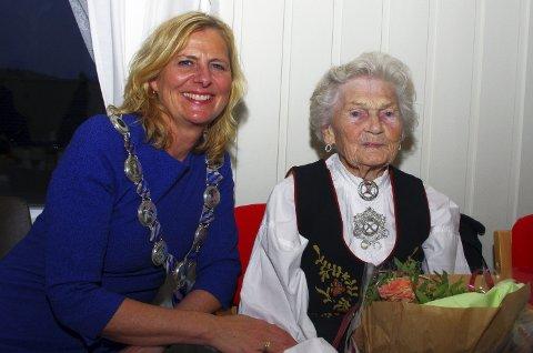 OVERRASKENDE GJEST: Gudrun Hansen hadde slett ikke ventet at ordfører Monica Vee Bratlie skulle komme på festen. BEGGE FOTO: PER D. ZARING