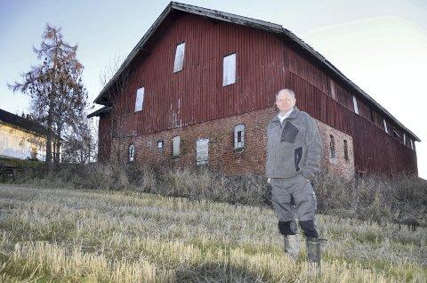 PROTESTERTE: Olav Holdhus protesterte da den opprinnelige planen ville verne den gamle låven hans. Nå er den tatt ut av planen.