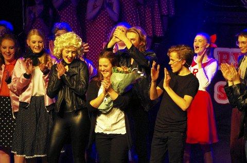 GREASE-SUKSESS: Røyken Testergruppes Grease-forestilling ble en suksess, mye takket være regissøren Kristin Børsum Hernandez (i midten), som ble behørig takket etter premieren.