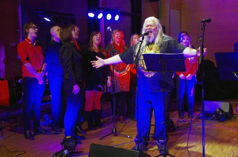 EN ANNERLEDES JULEKONSERT: Clive Nolan og Caamora Norway inviterte til en litt annerledes julekonsert i storsalen i Sætre sist helg.