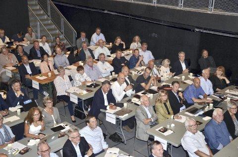 FULLT: Sekkefabrikken var nylig fylt til randen av politikere fra Røyken, Hurum og Asker. I kveld er det folket som skal fylle salen når det er valgmøte med stortingskandidater fra Buskerud.