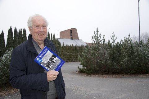 JULEGAVE: Kåre Selvik er redaktør for den 35. årboka til Røyken historielag, og synes det historiske skriftet burde være en opplagt gave under et hvert juletre i Røyken. - Det ville i alle fall glede oss i historielaget, sier han.