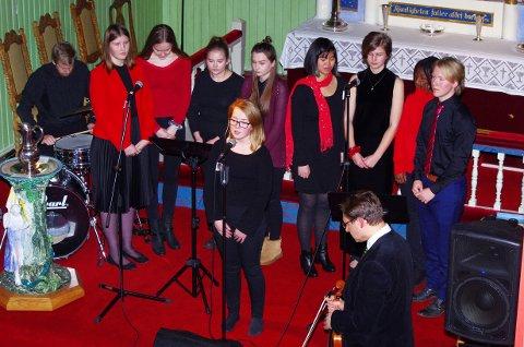SOLIST: Annie Karoline Sundin Østenstad var solist med blant annet ungdomskoret på «You raise me up». Alle foto: Per D. Zaring