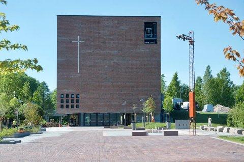 BLAKK: Røyken kirkelige fellesråd har brukt mer penger enn de har og ber om mer penger fra kommunen. Åpningen av den nye kirken på Spikkestad og flytting av menighetskontorene er noe av årsaken.