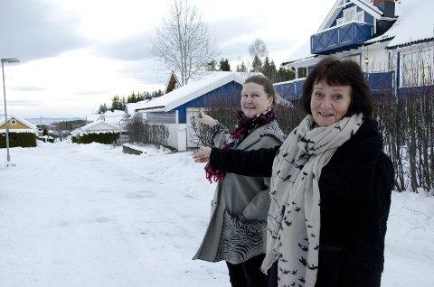 Trygg skolevei: Linda Haugen og Else Beitnes Johansen mener Eikeleina fortsatt er en trygg skolevei. De snakker på vegne av flere av sine naboer når de kommer med innspill til saken om gang- og sykkelvei. Foto: Hilde Haldorhamn