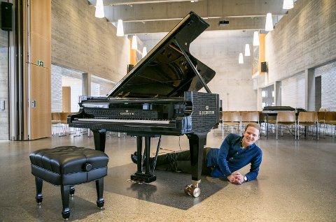 FESTKONSERT: Thormod Rønning Kvam gleder seg massivt til å sitte ved det nye flygelet å spille under festkonserten i Teglen 7. april. Da skal han fylle Teglen med musikk i samarbeid med Asker symfoniorkester.