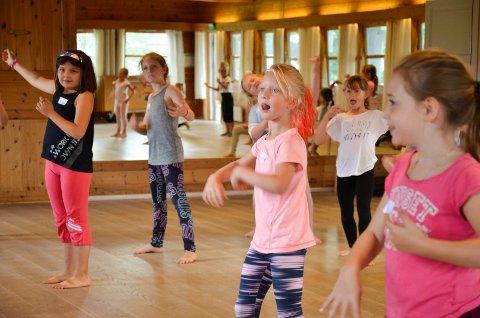 DANSING: Dansekurs er en av aktivitetene barn og ungdom får tilbud om i sommer. Bildet er fra Dansesonen sommerskole på Spikkestad grendehus i 2019.