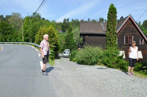 BEKYMRET: Ekteparet Neergaard i Bøveien er bekymret for planene til Statens vegvesen.