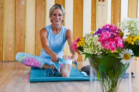NÆRTILBUD: Janne Vinje Martinsen underviser i yoga på Grendehuset på Nærsnes