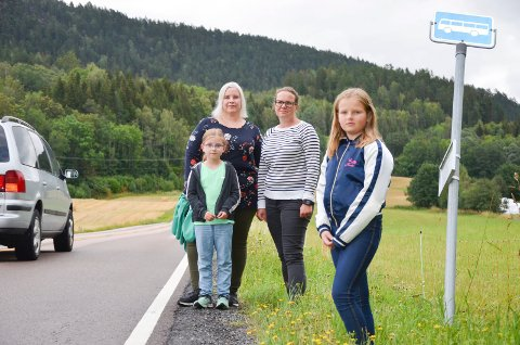 FORTVILER: Bak fv. Ine Molin Utne og Ellen Trachte fortviler over at barna deres Nora (7) og Thea (9) mister taxi-ordningen de har i dag.