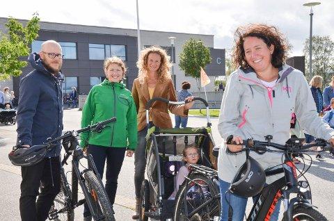 SYKLET: John Fredrik Olsen og Bianca Jones fulgte datteren Hannah (5) til skolestart med sykkel. Bak f.v. Una Bastholm og Hanne Lisa Matt fra MDG roser initiativet.