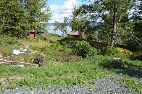 HYTTA: Hytten lå idyllisk til på Storsand før den ble revet.