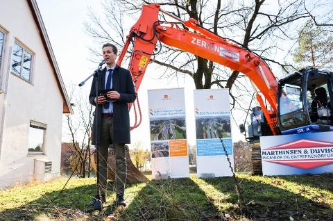 Samferdselsminister Knut Arild Hareide (KrF) under anleggsstarten for Lysaker–Ramstadsletta som er første byggetrinn av E18 Vestkorridoren. Prosjektet omfatter rundt 4,4 kilometer hovedvei med kollektivfelt. Det bygges også ny sykkelvei. I tillegg blir det ny fylkesvei mellom Gjønnes og E18 og ny forbindelse fra Strand til Fornebu.