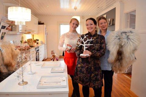 – Velkommen! Janne Skjelberg (i midten) arrangerer minijulemarked hjemme i Lundenveien 9 søndag. Søsteren Kristina Skjelberg og mammaen Halldis Hansen bidrar, sistnevnte med villsauskinn fra gården i Nordland. Hun har også bakt sju slag.