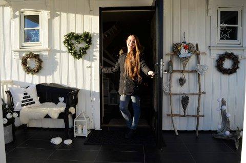 Laila Gåsholt ønsker velkommen inn i huset i Kodal. Allerede ved inngangen forstår man at her bor ei som er over gjennomsnittet opptatt av interiør.