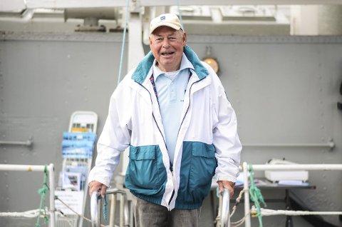 Fornøyd: Kristoffer Eckhoff har vært vakt og guide på båten i 9 år og synes det er hyggelig at så mange har valgt å ta turen i sommer.Foto: Nikoline Kronstad Bjørnerud