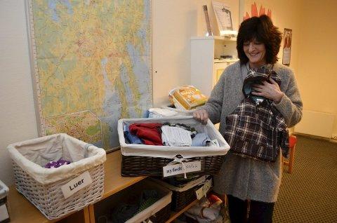 Smart: Assistent Marthe Styrmo ved Varden familiesenter sier at ordningen med levering og henting av klær for helsestasjonens brukere, fungerer helt utmerket. Brukere som har klær til overs, kan levere dem her, slik at de som har lyst, kan forsyne seg.