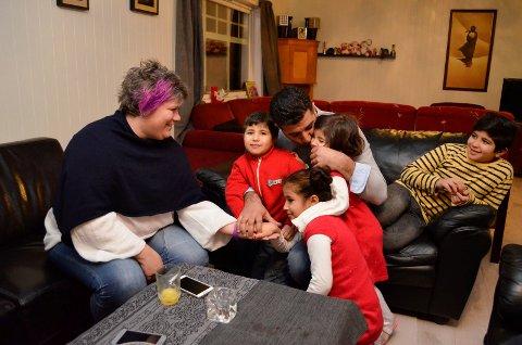 Takknemlige: Anita Lingelem Thomassen (f.v.) trives sammen med Ahmad Omar Alsalman og hans barn Omar (6), Salam (8), Farah (4) og Sulaiman (11), samt Laila (13) og Iman Ali Alsattam. Sandefjord kommune skal ta imot 110 flyktninger i år.