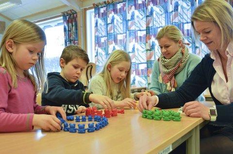 Øver på å telle: Amanda Bjørge (f.v.), Herman Haugen og Aurora Øynes Olsborg teller bamser mens Karina Smith Ringdal, kontaktlærer i 2C, og prosjektleder Trine S. Forfang følger godt med.