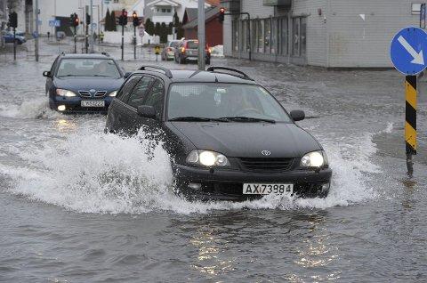Kilgata: Slik så det ut da vannet var på sitt høyeste i Kilgata tirsdag i forrige uke. Selv om veien var varslet stengt, kunne bilførere passere på egen risiko. Foto: Per Langevei